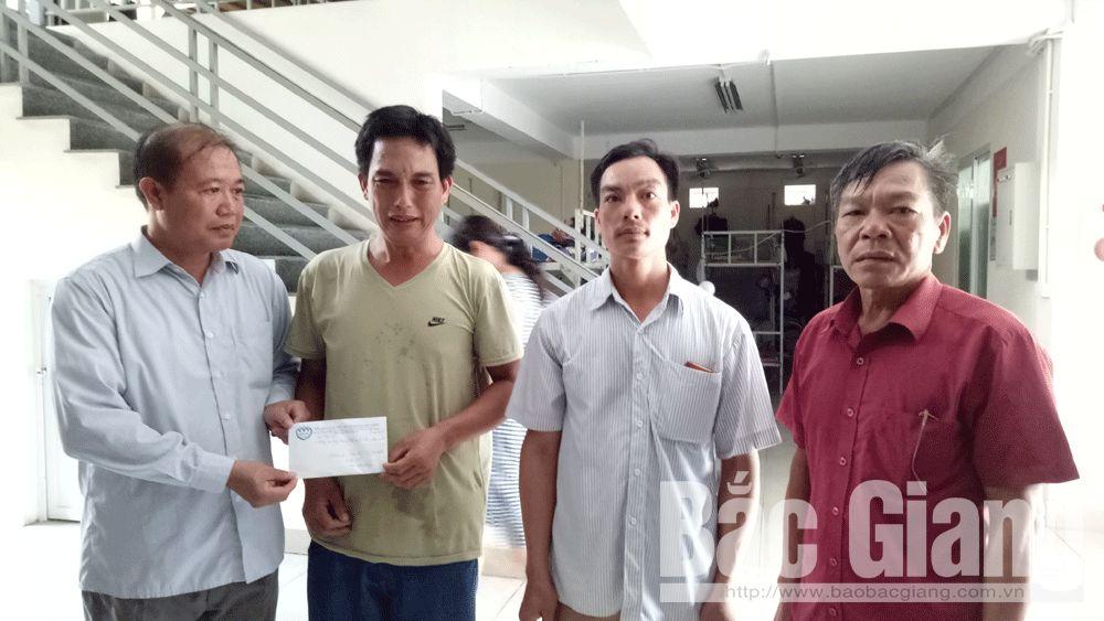 Bắc Giang: Gần 15 triệu đồng giúp đỡ cháu Hoàng Văn Văn bị bác chém trọng thương