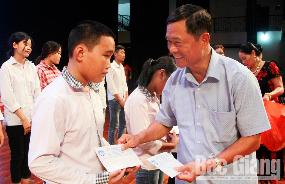 "Over 170 poor students in Bac Giang awarded scholarships at ""Dream on the wings"" programme"