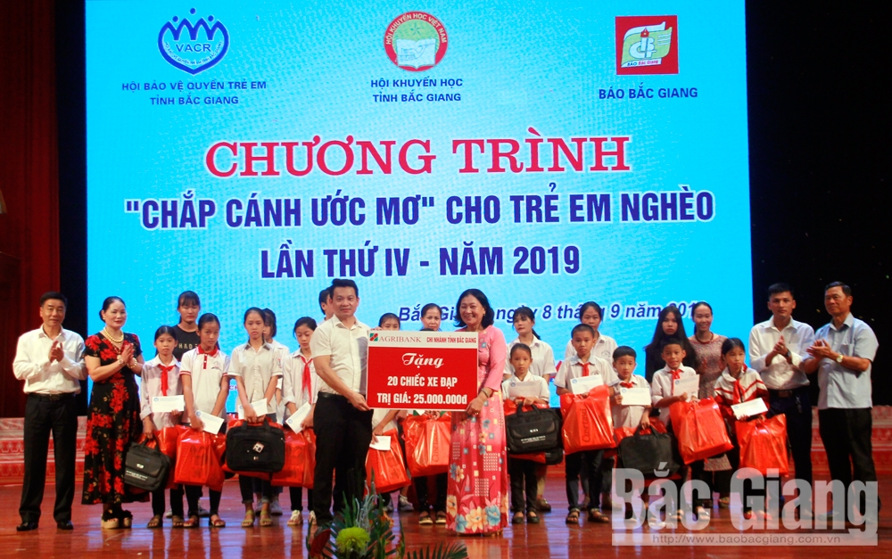 Bac Giang province, 170 poor students, Dream on the wings, Bac Giang Newspaper, widening future, deep humane meaning, practical support