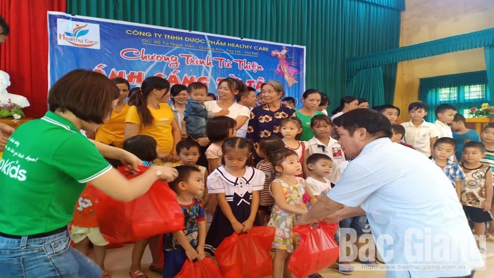Trao quà cho trẻ em nghèo, gia đình khó khăn tại xã Vân Sơn (Sơn Động)