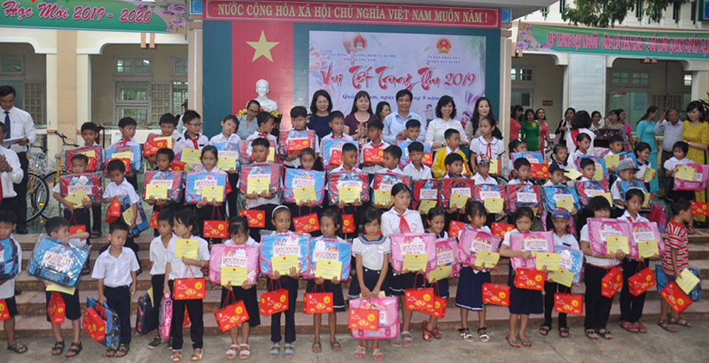 Vice President, Dang Thi Ngoc Thinh, better care, disadvantaged children, outstanding achievements,  Mid-Autumn Festival, material and spiritual difficulties