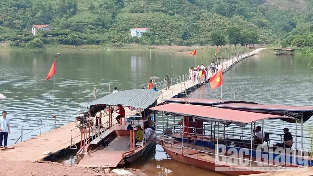 Locals in Son Hai commune donate 400 million VND to build floating bridge