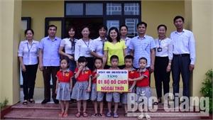 Bí thư Huyện ủy Tân Yên Lâm Thị Hương Thành tặng quà Trung thu