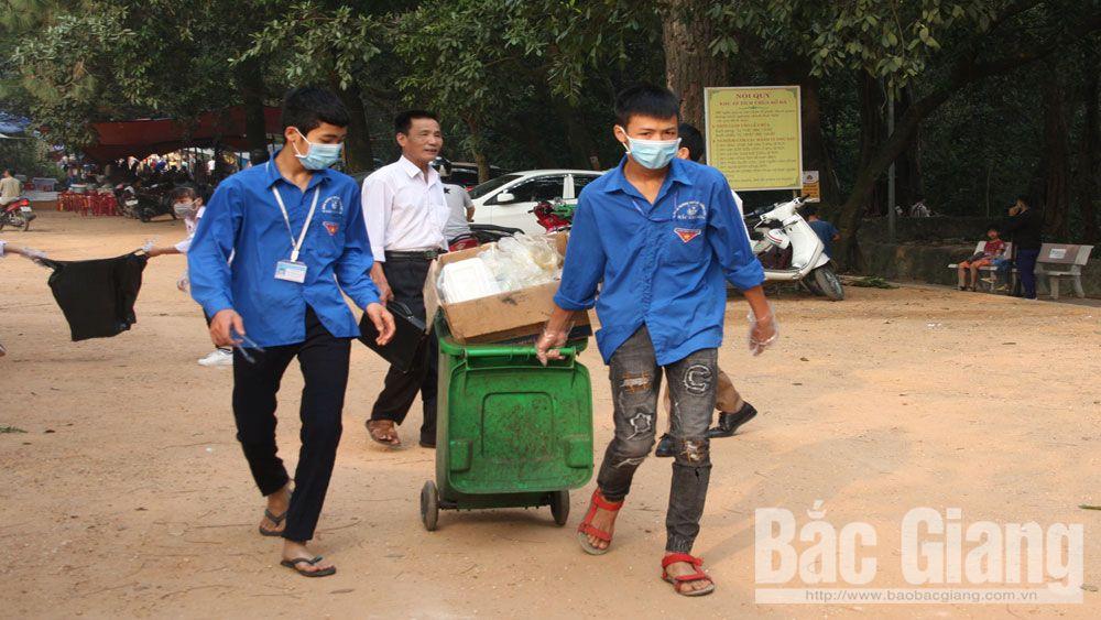 Đoàn viên thanh niên huyện Việt Yên dọn vệ sinh khu vực chùa Bổ Đà.