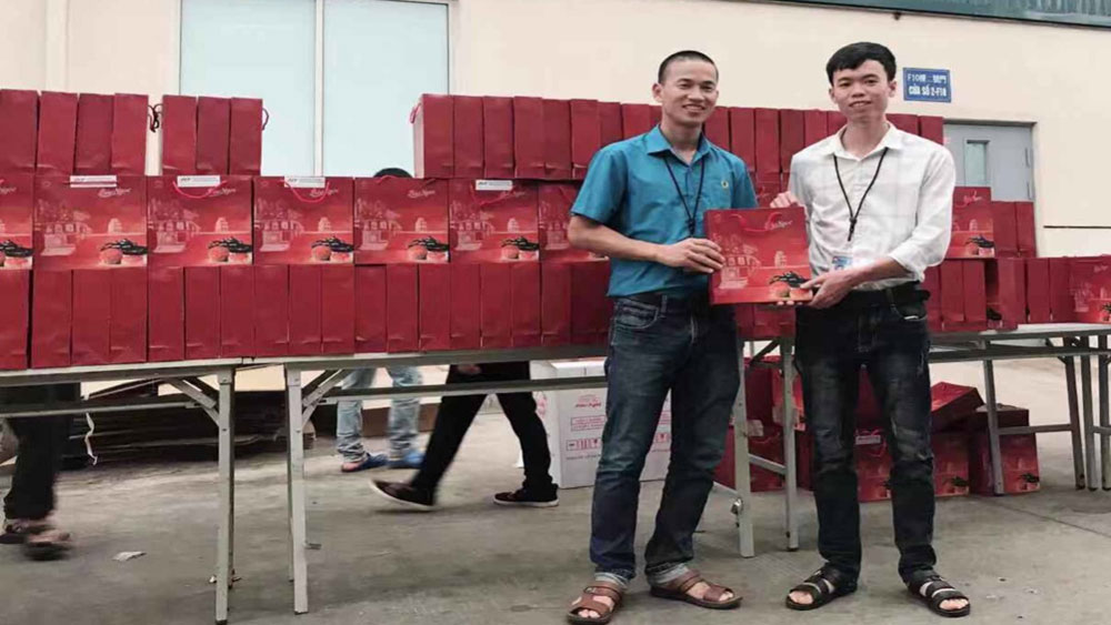 Some 70,000 USD spent to present gifts to workers on Mid-autumn Festival