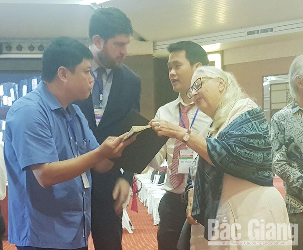 Đại biểu tìm hiểu di sản tư liệu tại Bắc Giang.
