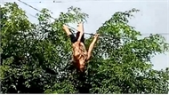 Người phụ nữ đánh đu lộn nhào trên dây điện ở Đắk Lắk