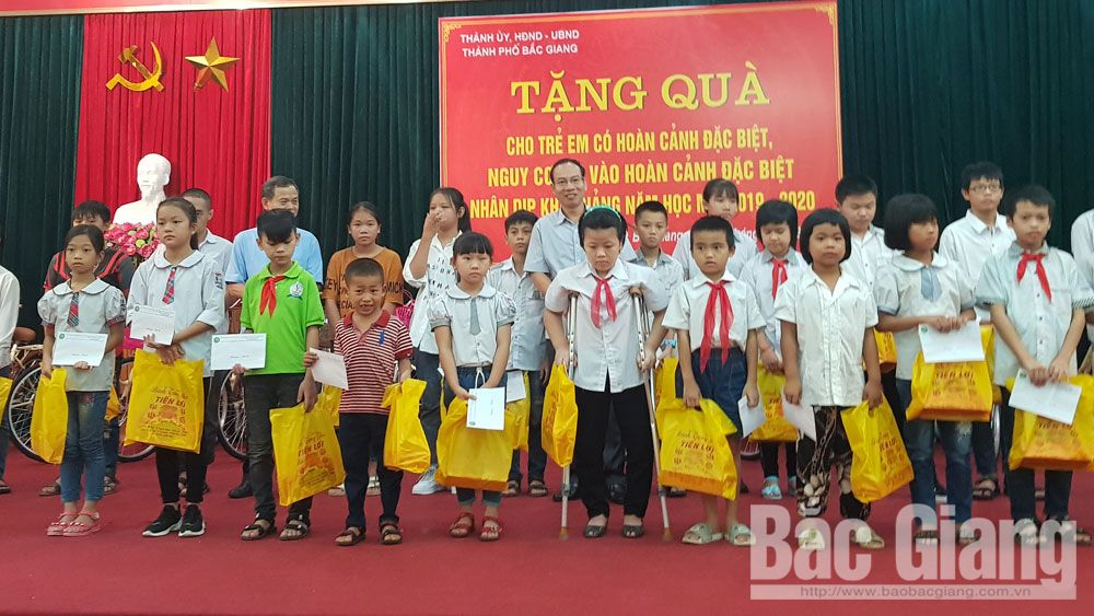Affectionate Mid-Autumn Festival, Bac Giang province, Bac Giang city, festive activities, impoverished children, cosy and sufficient festival, Early celebration,