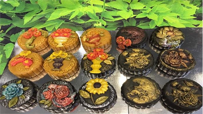 Baker has her hands full, making handmade mooncakes