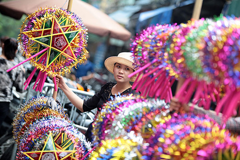 Traditional toys, indispensable part, Mid-Autumn Festival,  colourful modern toys, Hanoi's Old Quarter, traditional offerings, Vietnamese children, international and domestic tourists