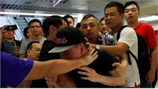 Hai phe biểu tình ở Hong Kong (Trung Quốc) đụng độ