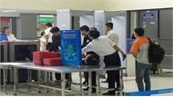 Hành khách tháo rời súng đem lên máy bay ở sân bay Nội Bài