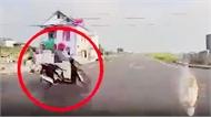 Băng qua ngã tư tốc độ cao, người phụ nữ bị ô tô húc văng