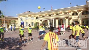 Sôi nổi giải bóng chuyền hơi sông Thương mở rộng và giải bóng đá nữ công nhân