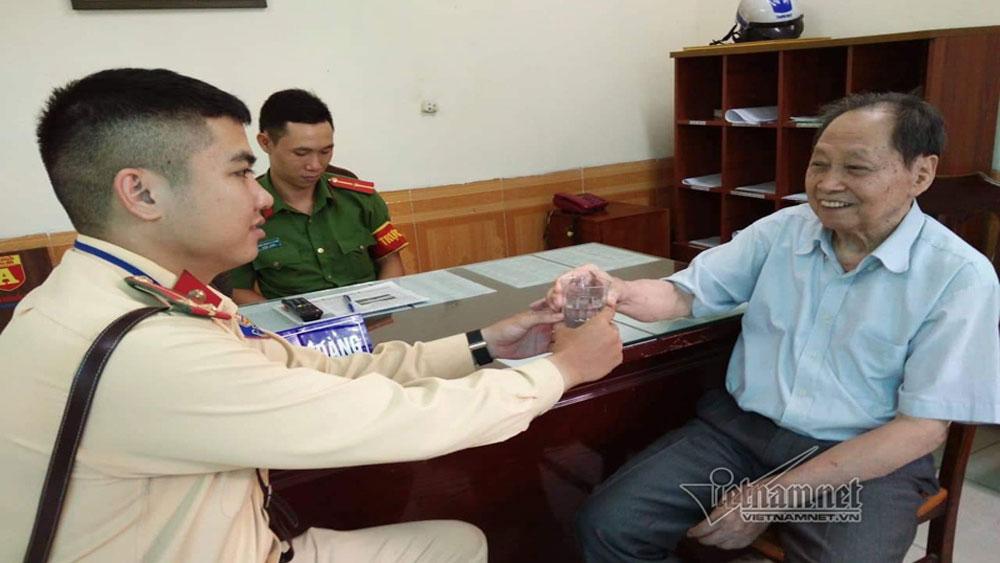 Cảnh sát giao thông Hà Nội, nhờ mạng xã hội, tìm nhà giúp cụ ông đi lạc, Trung úy Đinh Quang Anh