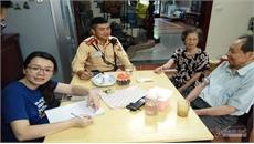 Cảnh sát giao thông Hà Nội nhờ mạng xã hội tìm nhà giúp cụ ông đi lạc