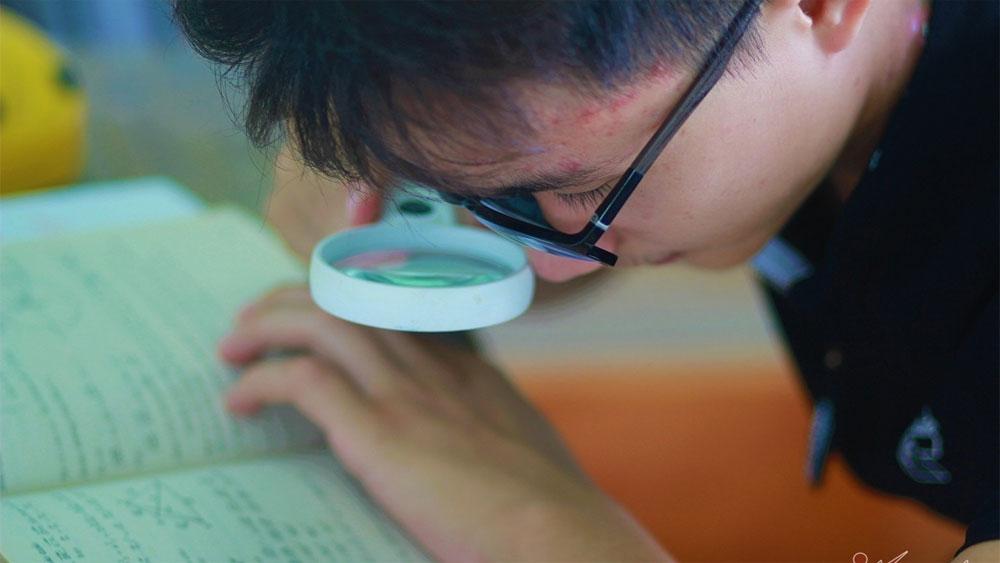 Nam sinh học bằng kính lúp... trở thành thủ khoa
