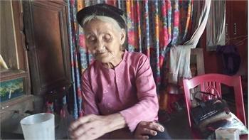 Xôn xao chuyện cụ bà 83 tuổi đạp xe lên xã xin 'thoát nghèo'