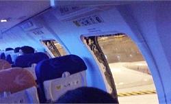 Hành khách mở cửa thoát hiểm để hít thở không khí trong lành