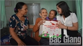 Tân Yên: Tặng quà cho 27 cụ từ 100 tuổi trở lên