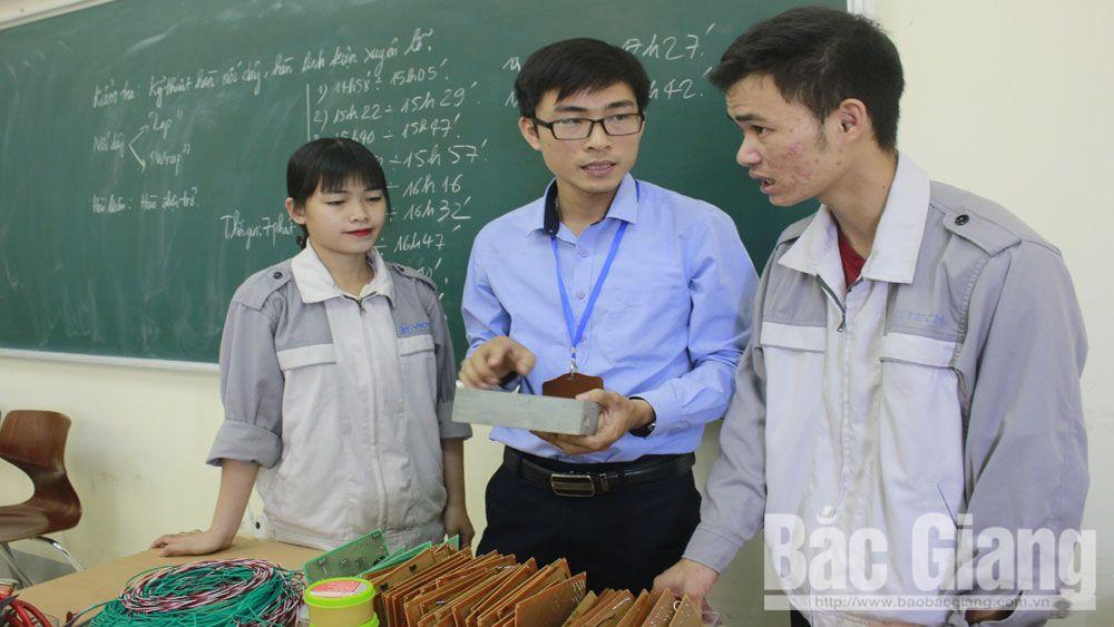 Giảng viên Đỗ Trung Kiên cùng các sinh viên Trường Cao đẳng Nghề công nghệ Việt - Hàn.