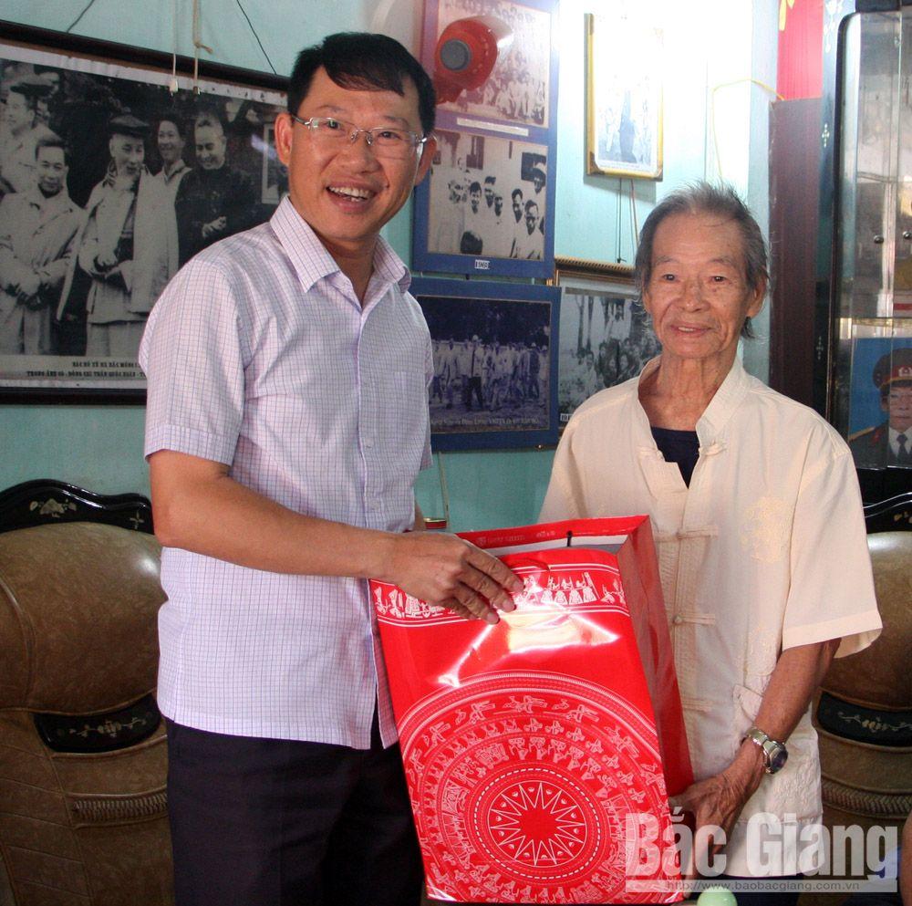 tặng quà, người cao tuổi, 1-10, đồng chí Lê Ánh Dương