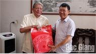 Phó Chủ tịch UBND tỉnh Lê Ánh Dương thăm, tặng quà người cao tuổi