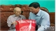 Provincial leader presents gift to older people in Lang Giang district