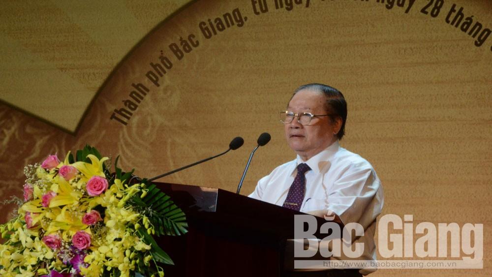 PGS.TS Trần Trí Trắc, Chủ tịch Hội đồng Nghệ thuật Liên hoan phát biểu tại lễ bế mạc.