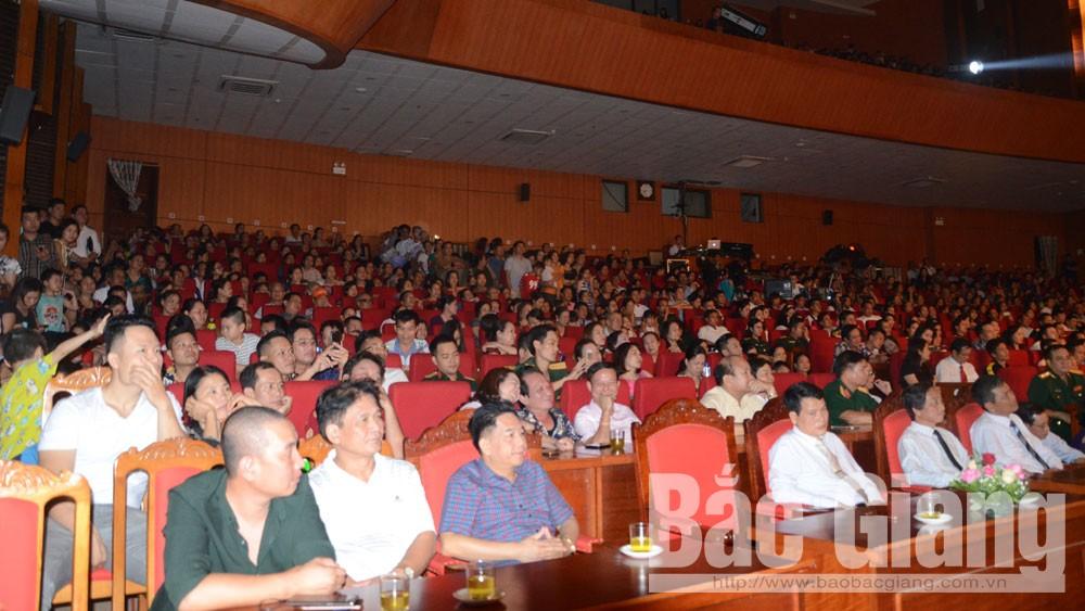 Đông đảo đại biểu và nhân dân dự lễ bế mạc Liên hoan.