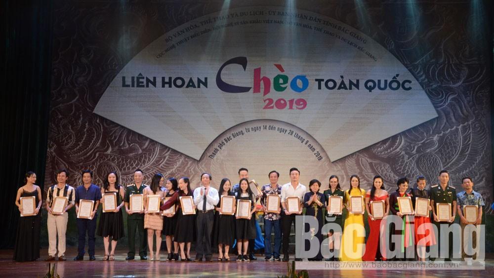 Bà Hoàng Thị Hoa và lãnh đạo Sở Văn hóa, Thể thao và Du lịch tỉnh Bắc Giang trao Huy chương Vàng cho các diễn viên, nghệ sĩ.