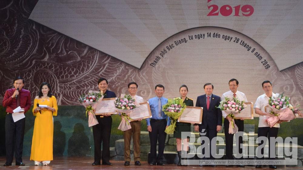 Thứ trưởng Bộ Văn hóa, Thể thao và Du lịch Tạ Quang Đông và Phó Chủ tịch UBND tỉnh Lê Ánh Dương trao Huy chương Vàng cho đại diện các vở diễn xuất sắc tại Liên hoan.