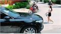 Cô gái lái xe sang khiến người xem ngã ngửa