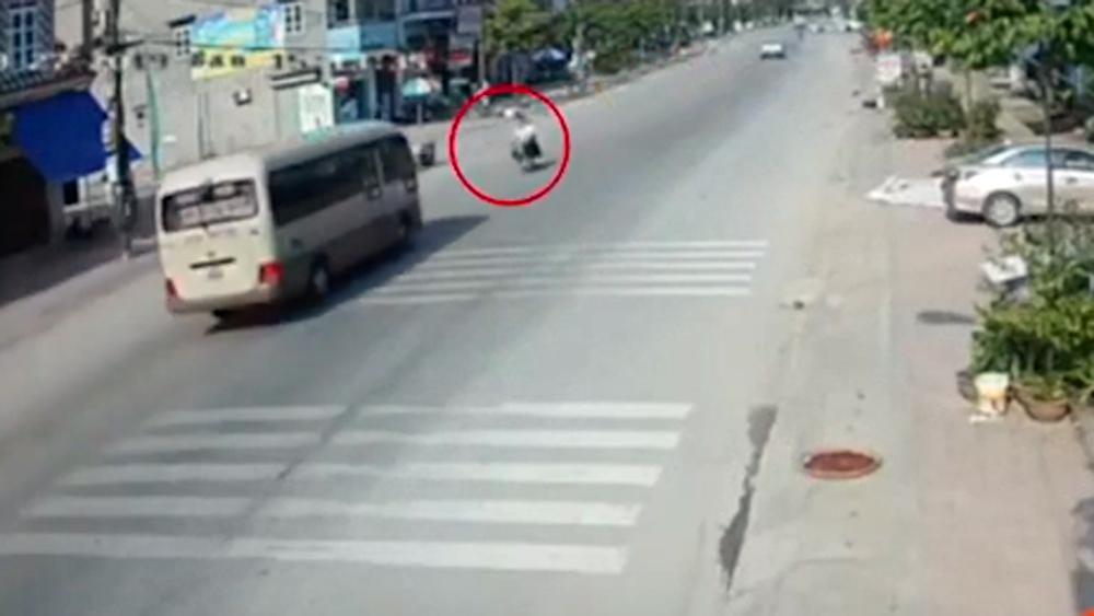 Tránh gờ gảm tốc, xe khách chạy lấn làn tông 2 học sinh thương vong