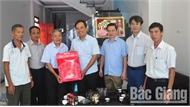 Đồng chí Bùi Văn Hạnh tặng quà người cao tuổi tiêu biểu huyện Yên Dũng