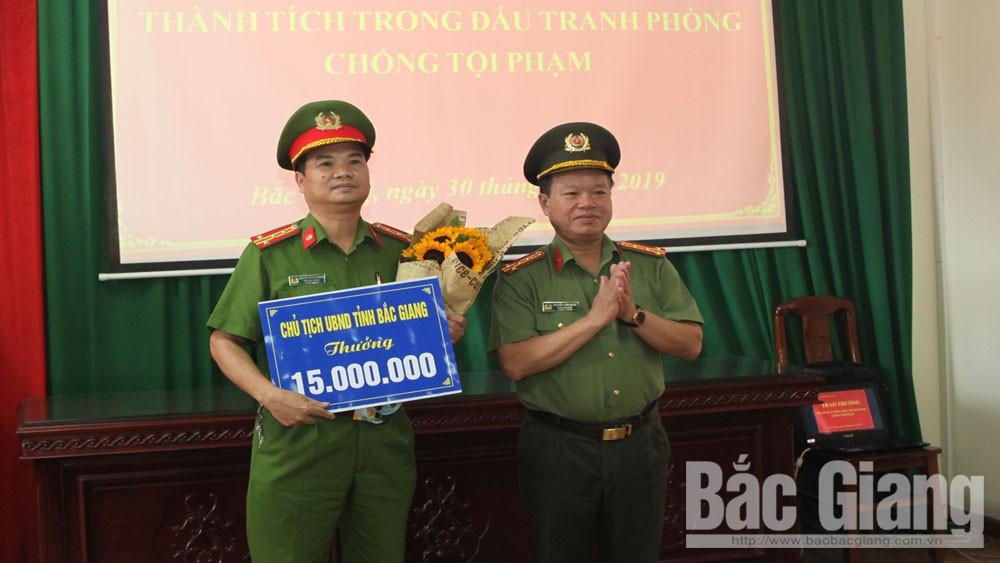 Chủ tịch UBND tỉnh Bắc Giang trao thưởng cho tập thể, cá nhân có thành tích xuất sắc
