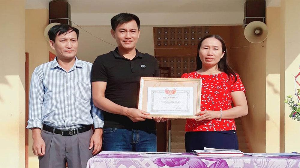Tuyên dương, 2 thầy giáo, lao mình xuống suối, cứu sinh viên, mải chụp ảnh,  thầy giáo Đồng Văn Nhân, Nguyễn Duy Trình