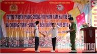 Hội Phụ nữ Công an tỉnh Bắc Giang tuyên truyền pháp luật, tặng quà cho học sinh nghèo ở Yên Thế