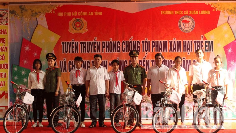 tuyên truyền, tặng quà, Phụ nữ Công an Bắc Giang, Trường THCS Xuân Lương
