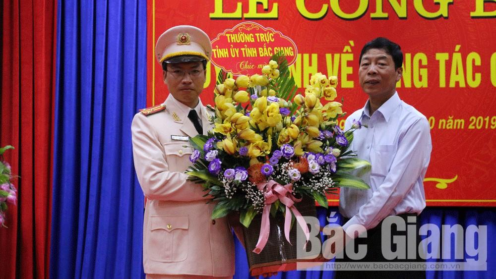 Bí thư Tỉnh ủy Bùi Văn Hải tặng hoa chúc mừng Thượng tá Nguyễn Văn Toản.