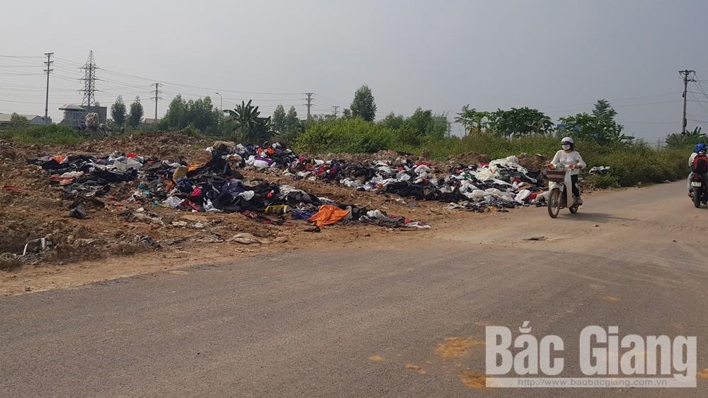 Ngập rác thải tại đường gom dân sinh phường Dĩnh Kế