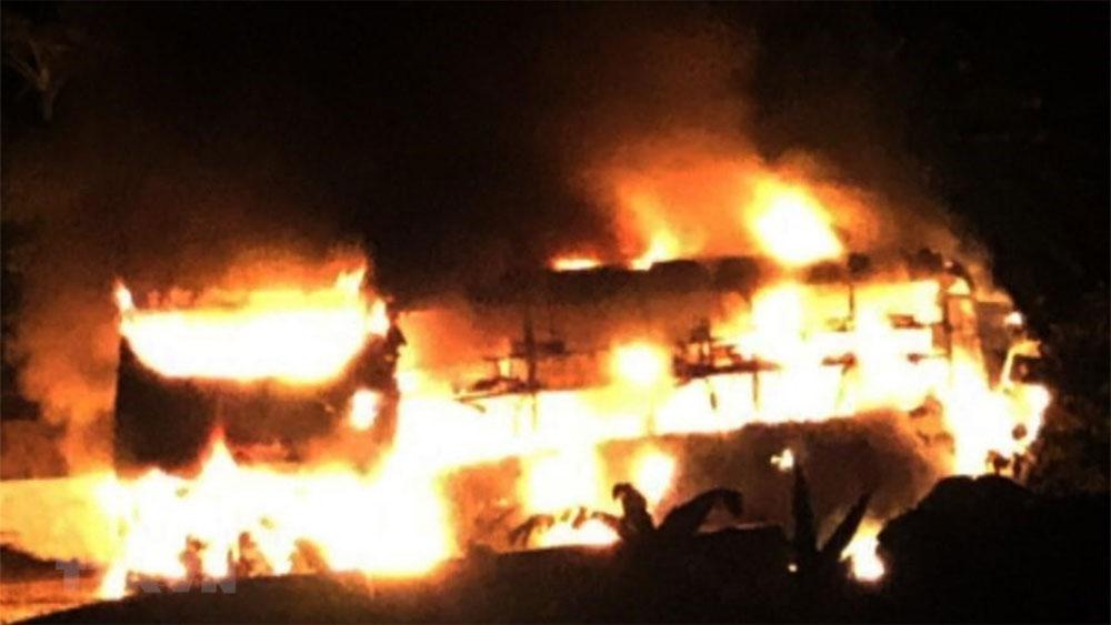 Xe khách bất ngờ bị cháy khi đang lưu thông trên đường Hồ Chí Minh