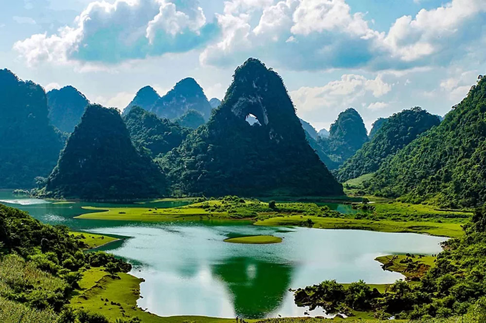 must-see places, Vietnam northern province, China border, Cao Bang province, vacationing mobs