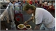 Người đàn ông đeo 100 cây vàng bán ốc vỉa hè