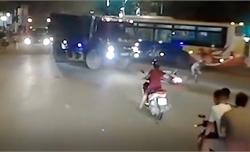 Xe tải bóp còi, nam thanh niên giật mình vứt xe bỏ chạy thật xa