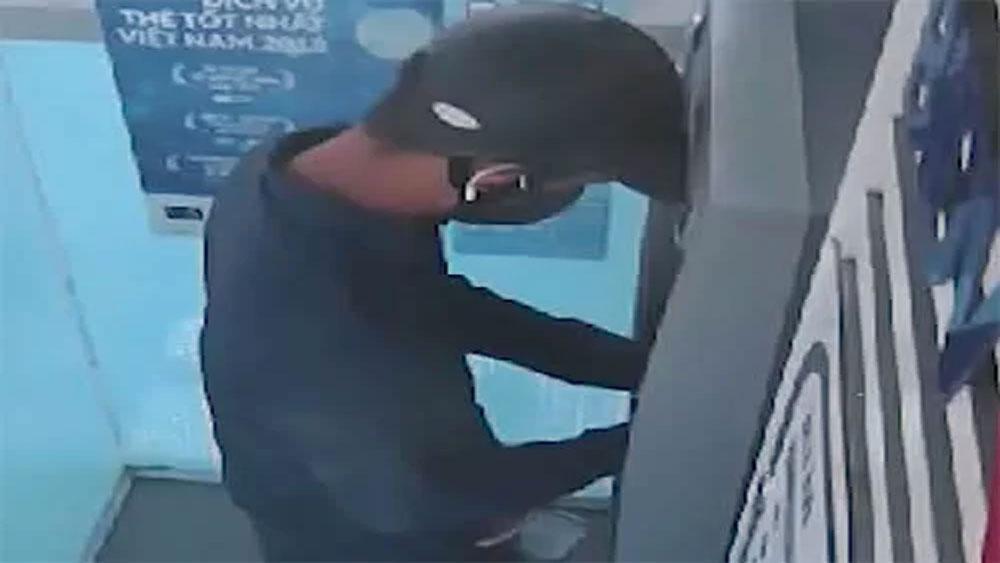 Kẻ gian gắn camera siêu nhỏ vào cây ATM