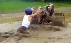 Người đàn ông khổ sở vì đuổi theo máy xới