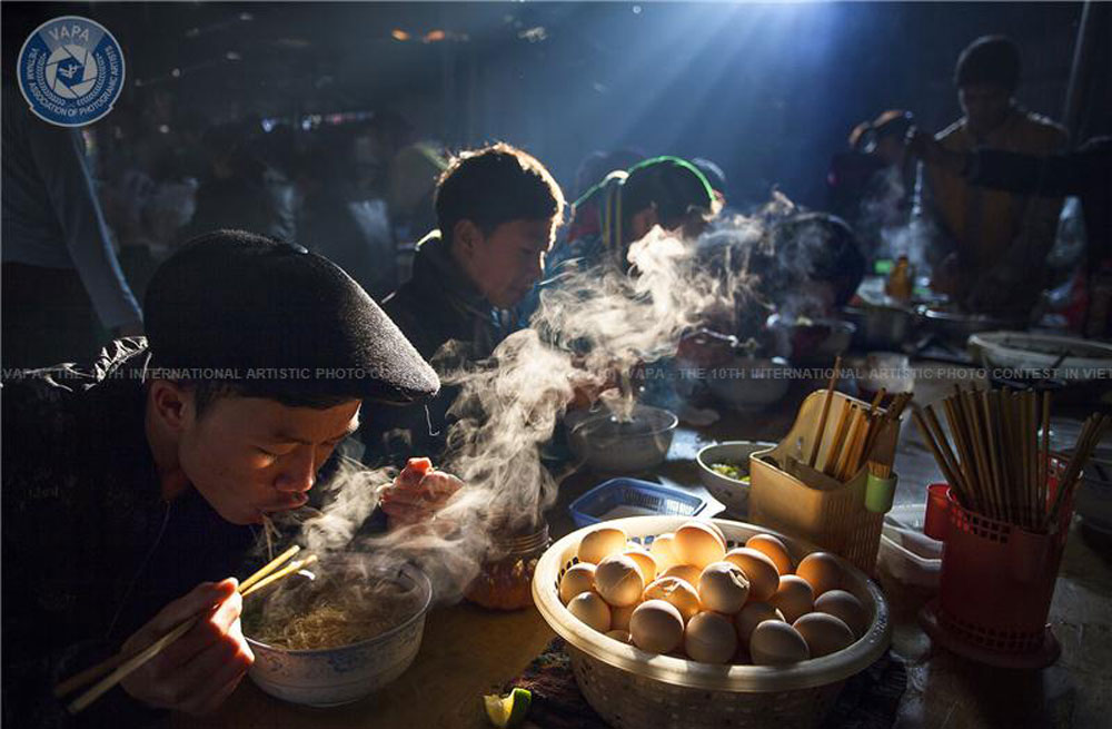 Bac Giang photographer, Nguyen Huu Thong, silver medal, international artistic photo contest, Vietnam Association of Photographic Artists, Breakfast in the kermis