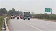 Cao tốc Hà Nội-Bắc Giang: Hãi hùng công nhân băng qua bất ngờ