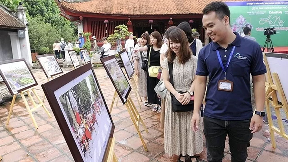 Vibrant activities celebrate Hanoi's Liberation Day